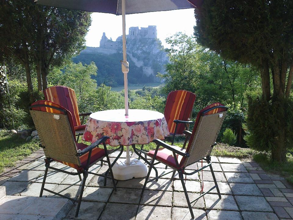 Chata Beckov - posedenie pred chatou s panorámou na hrad Beckov oproti